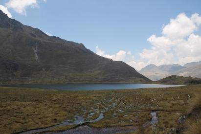 """Die erste Lagune """"Laguna Hatunccocha"""" (4597m ü.d.M.) im Rückblick und eine Moorlandschaft"""